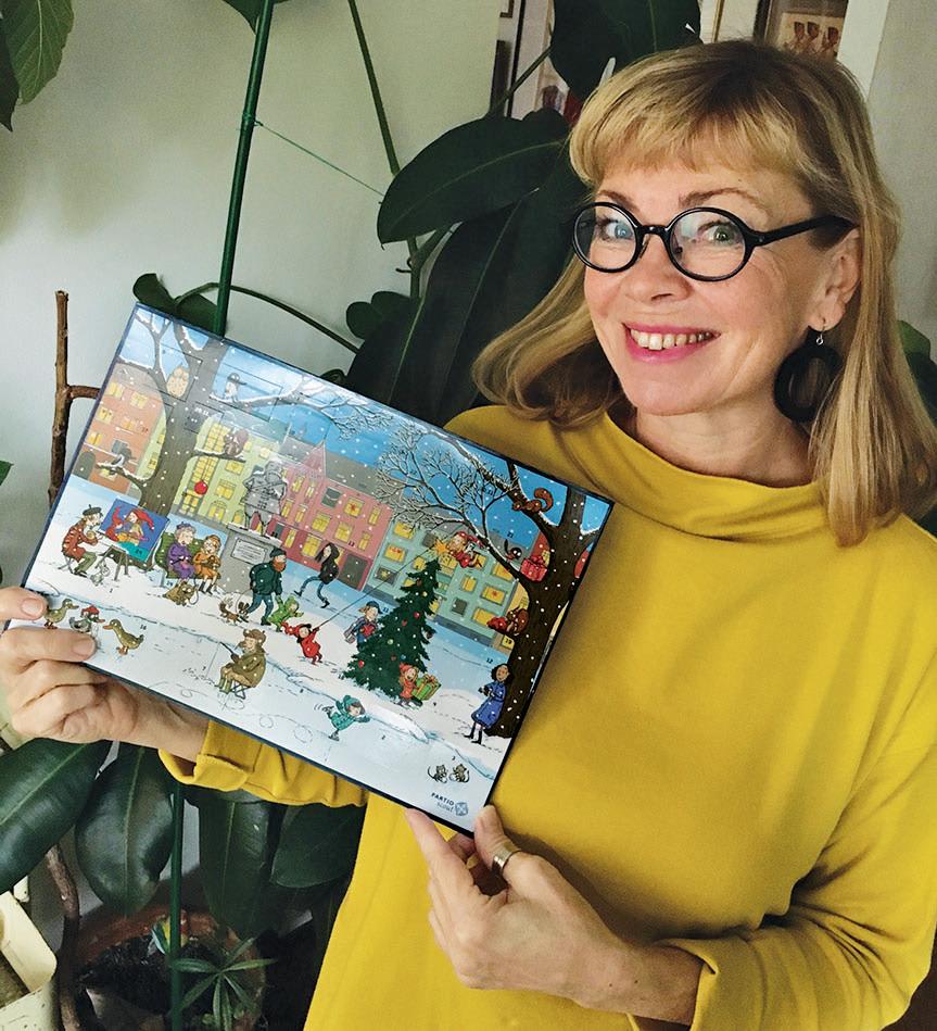 Kuvittaja Christel Rönns vuoden 2020 adventtikalenterin kanssa. Kuva: Christelin kotialbumi